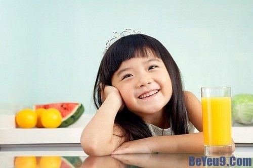 7 lưu ý cần tránh khi cho trẻ uống nước hoa quả