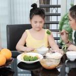 Những câu nói của cha mẹ khiến bé biếng ăn thêm