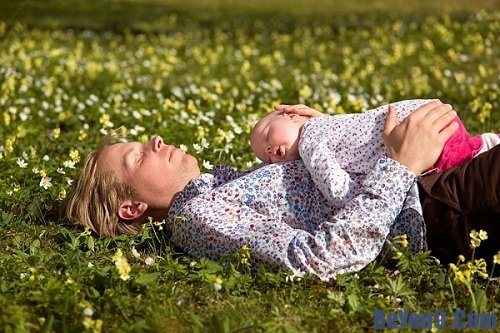Mách nhỏ những điều nên làm khi tắm nắng cho trẻ