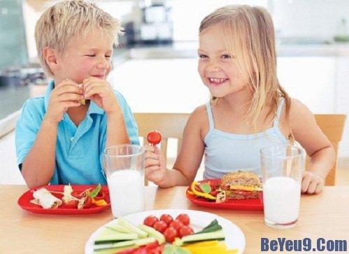 Mách bố mẹ những phương pháp chống nắng nóng cho trẻ đơn giản, hiệu quả nhất