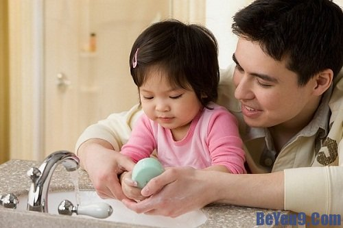 Mách bố mẹ cách bảo vệ sức khỏe bé yêu trong mùa hè
