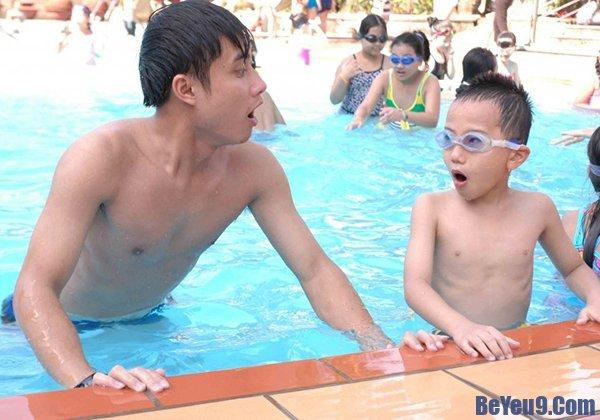 Cho bé làm quen nước - Cách dạy trẻ nhanh biết bơi